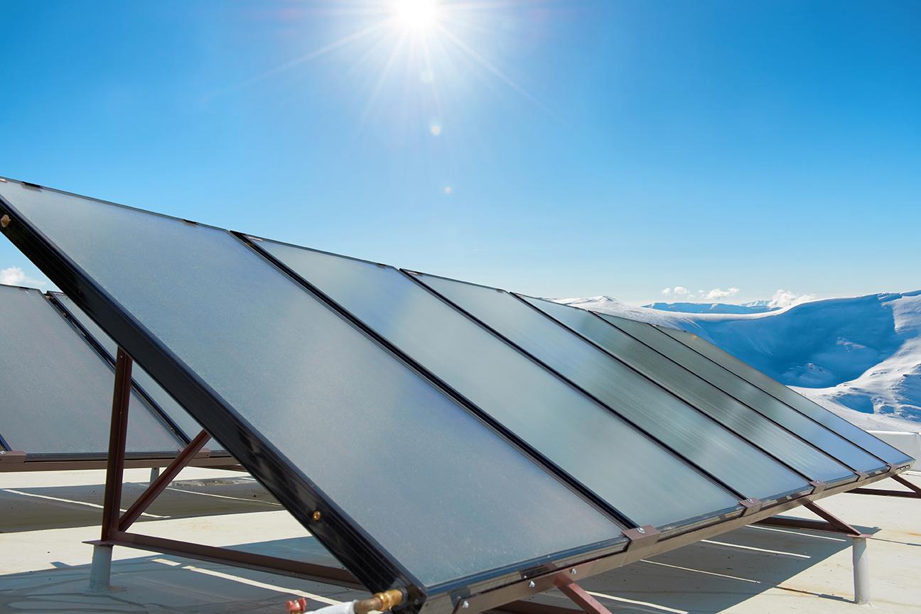 Placa solar d'energia sostenible i sense residus en una muntanya amb sol